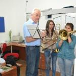 FTM betaler lønnen til fagfolk som Professor Tashko, som underviser på FTMs musikkskole i Shutka.